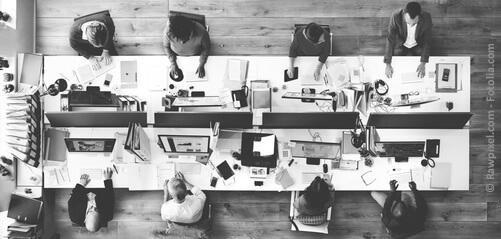 Büroeinrichtungen in einem Grossraum-Büro